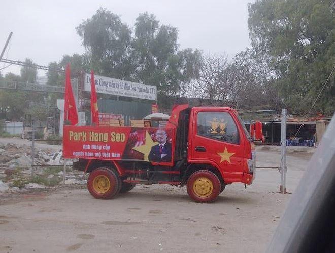 Còn đây là một chiếc xe tải thực sự gây ấn tượng về độ chịu chơi. Ngay cả lốp xe cũng đã được sơn màu đỏ và vàng