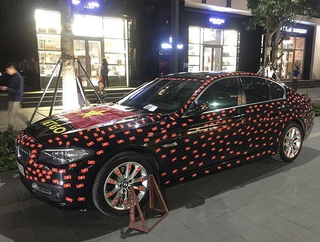 Một chiếc xe BMW được chủ nhân công phu dán những lá cờ nhỏ lên khắp thân vỏ