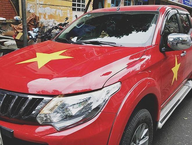 Những chiếc xe màu đỏ luôn có lợi thế trong việc tô điểm theo quốc kỳ như ý chủ nhân