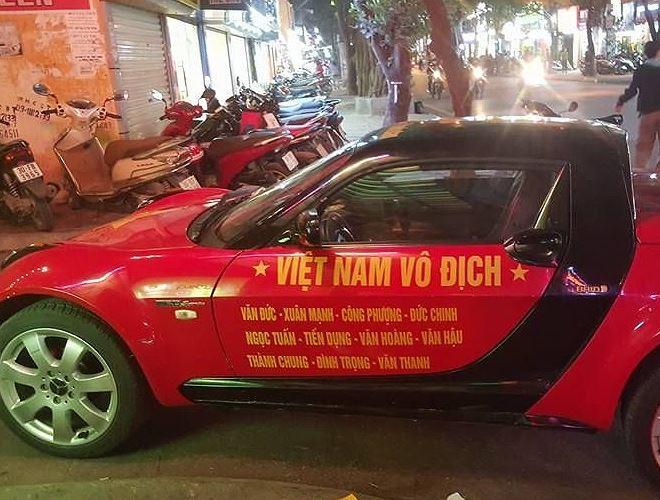 Trên cửa của chiếc Smart này, ngoài khẩu hiệu quen thuộc, là tên của những ngôi sao trẻ U23 Việt Nam