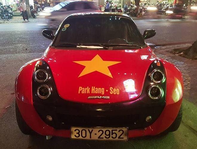 Ở mặt trước là quốc kỳ và tên ông Park Hang-seo