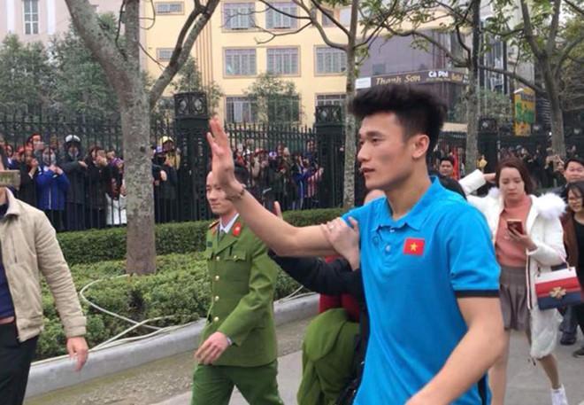 Thủ môn Bùi Tiến Dũng được chào đón nồng nhiệt tại Thanh Hóa.