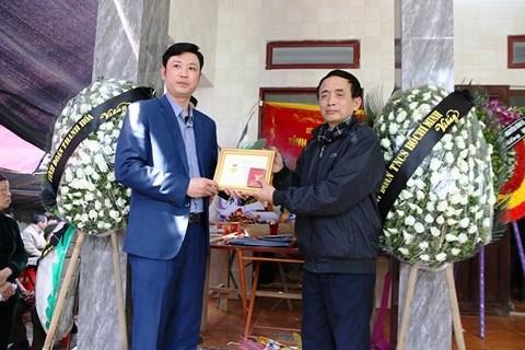 """Bí thư tỉnh Đoàn Thanh Hóa Lê Văn Trung trao huy hiệu """"Tuổi trẻ dũng cảm"""" cho gia đình em H.Đ.H."""