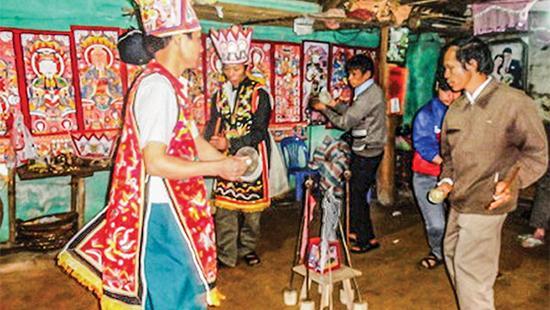 Tranh thờ luôn chiếm vị trí trang trọng trong đời sống người Dao