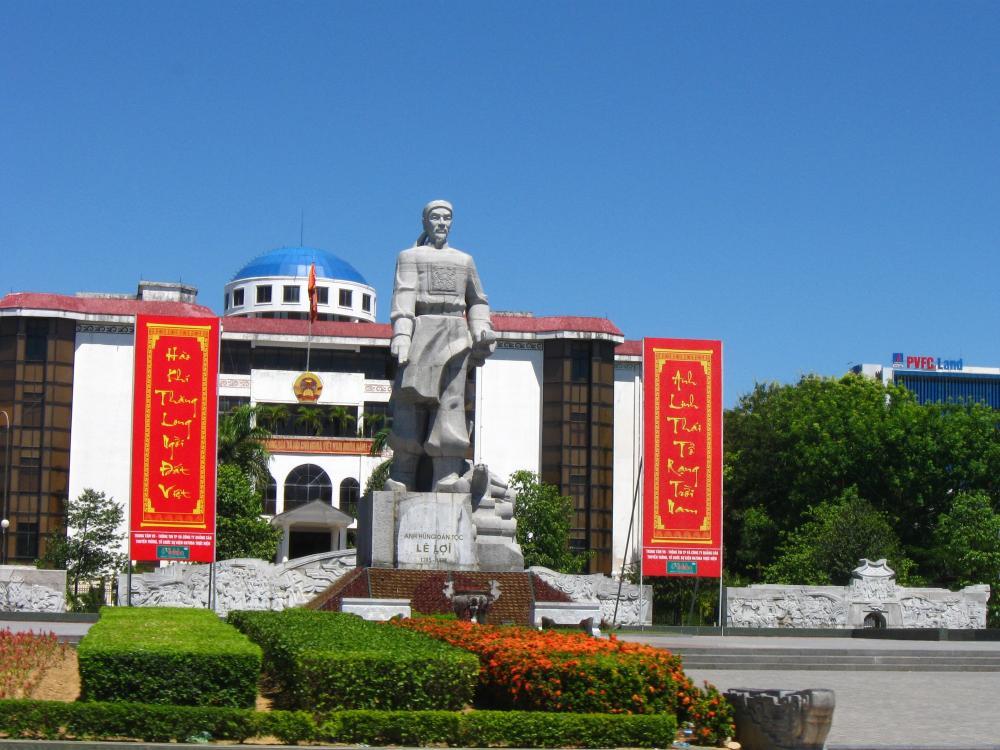 Tượng đài Lê Lợi ở Thanh Hóa. (Ảnh: panoramio.com)