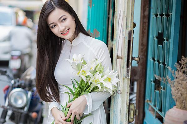 Thiếu nữ xứ Thanh duyên dáng trong tà áo dài trắng. (Ảnh: dantricdn.com)