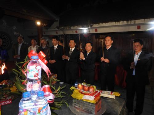 Các lãnh đạo tỉnh và lãnh đạo huyện dâng hương tại đền.