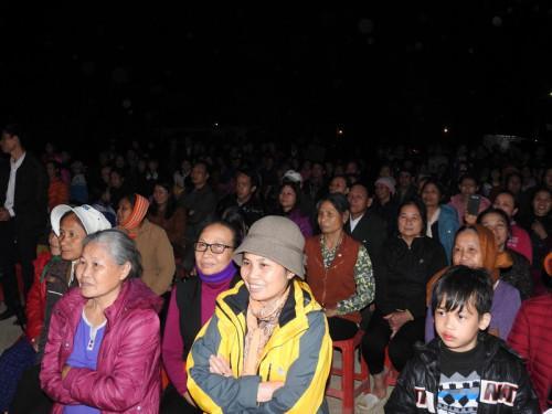Du khách thập phương và người dân hứng khởi, náo nức tham dự lễ khai ấn.