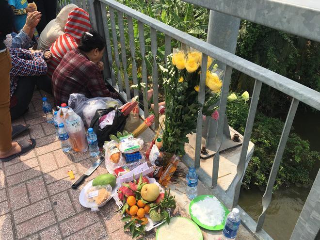 Người thân gục đầu vào lan can cầu nguyện, bên cạnh là bàn thờ tạm. Ảnh: Phạm Diện
