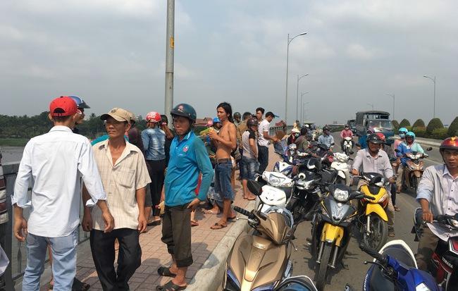 Rất đông người dân đứng trên cầu theo dõi vụ việc. Ảnh: Phạm Diện