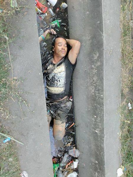 Người đàn ông được phát hiện đang ngủ ngon lành dưới cống.