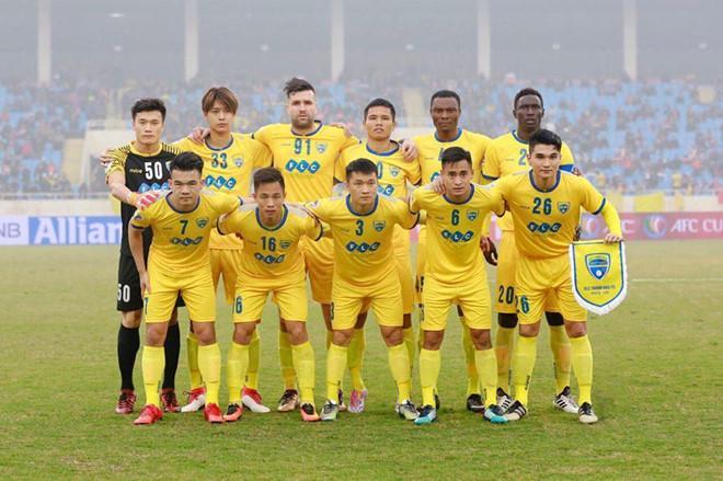 Ryutaro Karube đứng cạnh thủ môn Tiến Dũng.