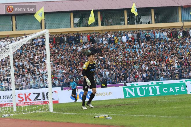 Trở về từ thành công ở giải U23 châu Á, Bùi Tiến Dũng đã được tin tưởng trao vị trí chính thức trong đội hình Thanh Hóa ở V.League mùa này. Trong trận ra quân, Bùi Tiến Dũng đã chơi tốt, với hai lần cứu thua và có một đường chuyền kiến tạo cho bàn thắng quyết định.