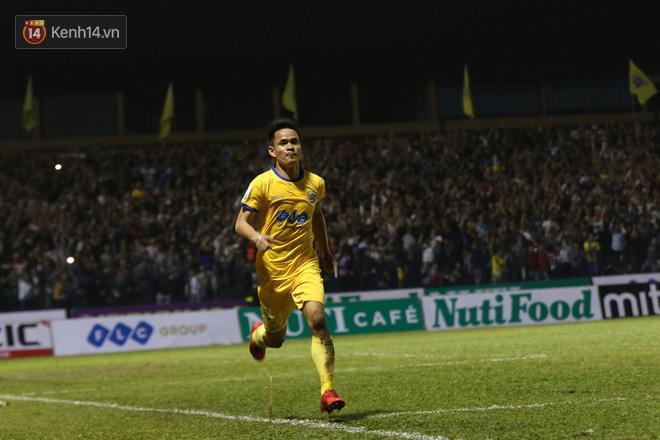 Từ pha chuyền dài của Bùi Tiến Dũng, Đình Tùng thoát xuống rồi tâng bóng qua đầu thủ môn TP.HCM, ghi bàn ở phút 72.