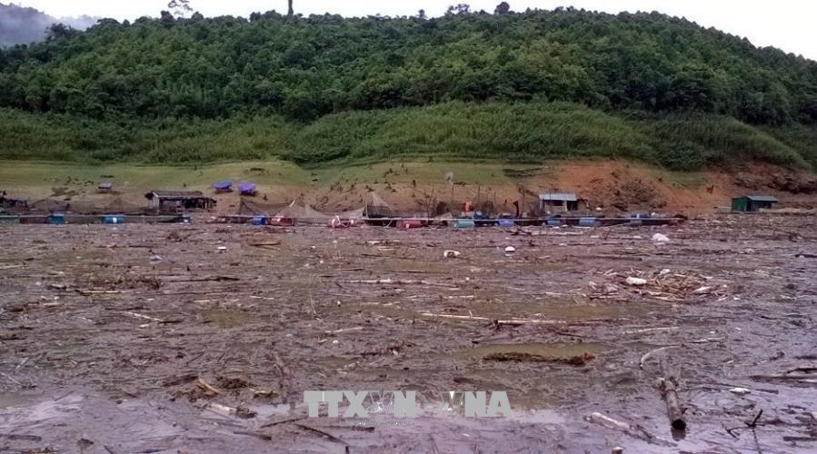 Do mưa lớn, nước dâng cao, bùn đất và rác từ các nơi đổ về nên việc tìm kiếm thi thể em Hoàng Thị Nhàn gặp nhiều khó khăn.