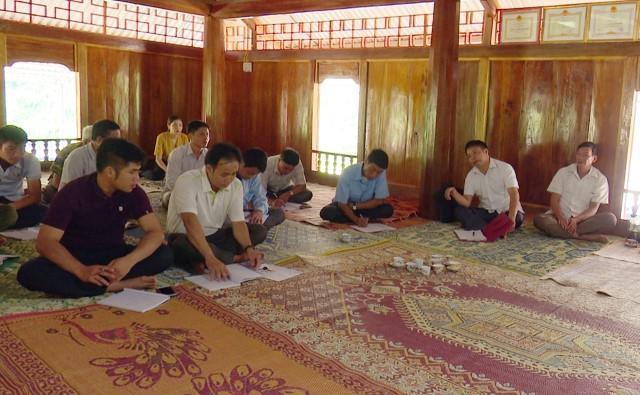 Các đồng chí lãnh đạo huyện về dự sinh hoạt tại chi bộ bản Tình, xã Tam Lư.