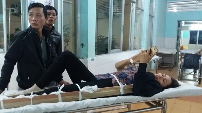 Một trong 6 nạn nhân bị thương được đưa đi cấp cứu. Ảnh: Triệu Thanh.