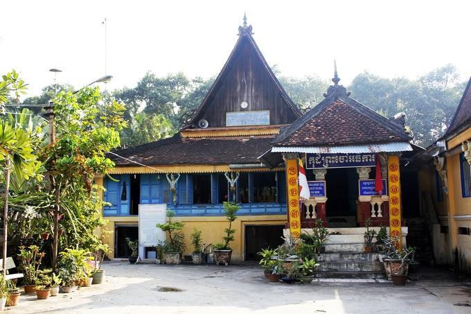 Chùa Âng (tên đầy đủ là Ang Korajaborey) là ngôi chùa Khmer cổ nhất trong số hơn 140 ngôi chùa Khmer ở Trà Vinh. Chùa nằm trong khu quần thể thắng cảnh Ao Bà Om, cách trung tâm thành phố Trà Vinh khoảng 5 km về hướng tây nam. Trải qua hơn 10 thế kỷ, đến nay chùa Âng gần như vẫn còn giữ nguyên các công trình kiến trúc và hiện vật cổ.