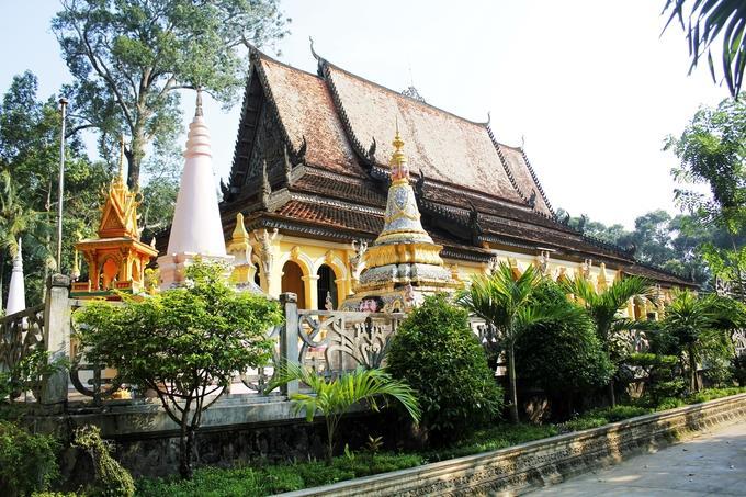 Chùa Âng được xây dựng hài hoà trong cảnh sắc thiên nhiên cùng với nghệ thuật trang trí tiêu biểu của văn hoá Khmer. Ngôi chùa được phủ mát quanh năm bởi rừng cây sao, dầu hàng trăm năm tuổi.