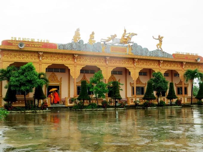 Ngôi chùa do chính tay các nghệ nhân địa phương xây dựng bằng những phương tiện thô sơ. Bên trong chánh điện của chùa đã phản ánh tính thẩm mỹ rất cao của người Khmer với những hoa văn độc đáo. Ở vị trí trung tâm trên nóc sala trang trí hình ảnh đền Angkor Wat, nơi khởi nguồn của phong cách kiến trúc Khmer.