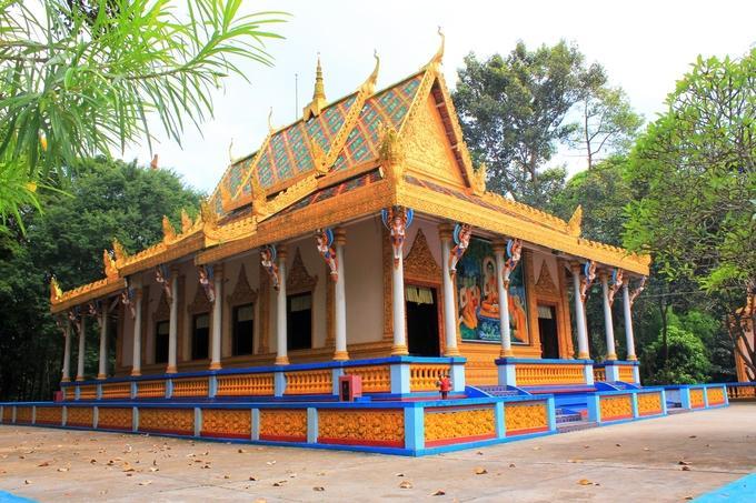Chùa Mã Tộc hay Mahatuc, còn gọi là chùa Dơi, nằm cách trung tâm TP Sóc Trăng gần 3 km. Đây là ngôi chùa cổ của đồng bào Khmer, có kiến trúc, hoa văn đặc sắc. Mái chùa gồm hai tầng ngói màu, trên bố trí nhiều tháp nhỏ. Mái phía đầu hồi được chạm trổ tinh xảo hình rắn Na-ga uốn lượn.
