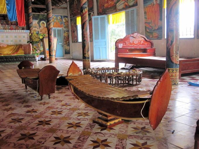 Trong chùa có dàn nhạc ngũ âm, loại âm nhạc đặc trưng trong đời sống người Khmer và không bao giờ thiếu vào các dịp lễ hội lớn.