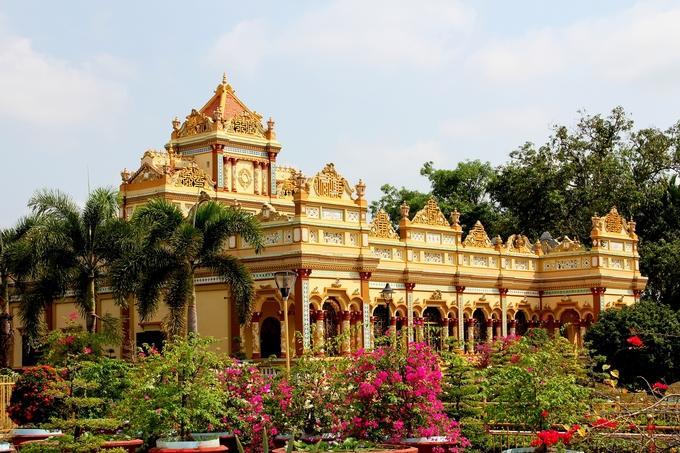 Nằm về hướng đông bắc của TP Mỹ Tho (Tiền Giang), ven tỉnh lộ 22, chùa Vĩnh Tràng tọa lạc trên một vườn cây ăn trái rộng gần 2 ha.