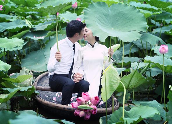 Với vẻ đẹp giản dị của hoa sen, chắc chắn đây cũng là một địa điểm chụp ảnh cưới hot ở miền Tây. (Nguồn: aocuoimoda.com)