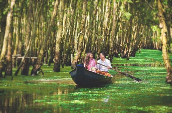 Đôi trẻ chụp ảnh cưới ở rừng tràm Trà Sư. (Nguồn: Phạm Võ Duy Tân)