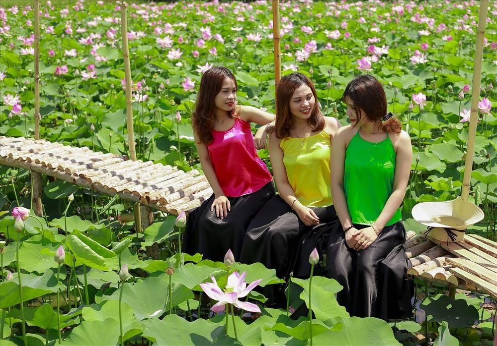 Ba cô thiếu nữ diện áo yếm cùng tạo dáng bên sen (Nguồn: Báo Anh Ty)