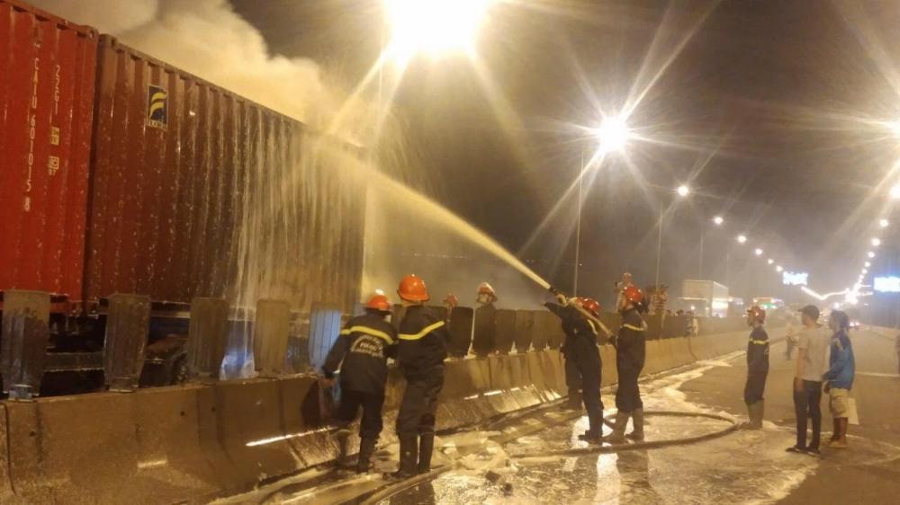 Lực lượng chức năng đang tổ chức dập tắt ngọn lửa trong vụ cháy.