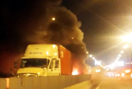 Sau khi xảy ra va chạm 2 phương tiện bốc cháy trên cao tốc