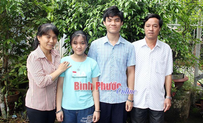 Em Phạm Văn Lâm bên gia đình