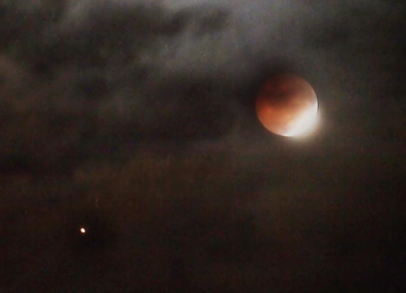 Rạng sáng nay 28/7, hiện tượng nguyệt thực toàn phần (trăng máu) đã diễn ra khoảng 2 tiếng đồng hồ.