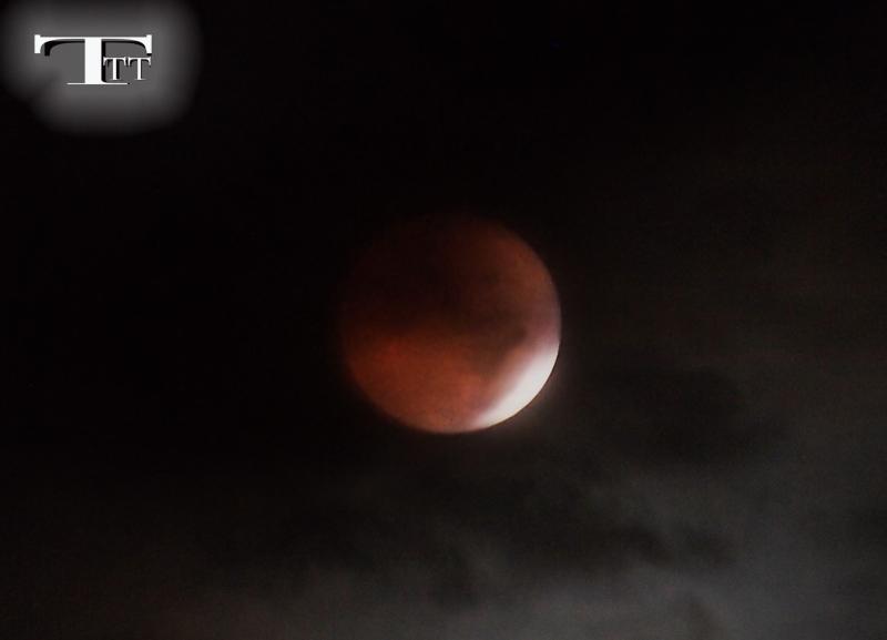 Trăng máu hay nguyệt thực là thuật ngữ chỉ hiện tượng mặt trời, trái đất và mặt trăng tuần tự nằm trên một đường thẳng khiến trong một thời gian của đêm trăng tròn, mặt trăng chịu ảnh hưởng bởi bóng trái đất hắt lên bề mặt và chuyển sang màu đỏ như máu.