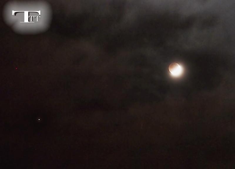 Không giống như nhật thực, nguyệt thực có thể quan sát một cách an toàn bằng mắt thường vì hình ảnh nguyệt thực mờ hơn so với hình ảnh mặt trăng đầy đủ