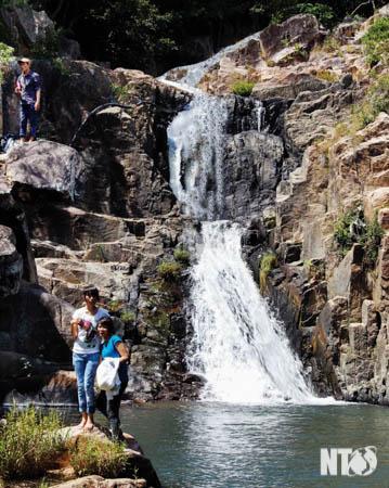"""Nhiều du khách đến chiêm ngưỡng dòng thác nước trên núi cao đổ xuống tạo thành """"hồ'' tại suối Lồ Ồ."""