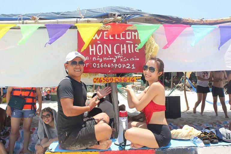 Lều trại chuẩn bị cho tiệc BBQ trên đảo Hòn Chùa - Ảnh: TRẦN QUỚI.