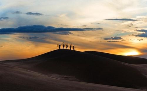 Đồi cát bắt mắt và hiện rõ hình thù nhờ những vùng ánh sáng tương phản. Những đường cong cũng trở nên lôi cuốn.  Không gian trong trẻo, tĩnh lặng...   Đồi Cát Nam Cương là điểm đến hấp dẫn trong hành trình khám phá vẻ đẹp tiềm ẩn, độc đáo của xứ sở khô hạn Ninh Thuận.