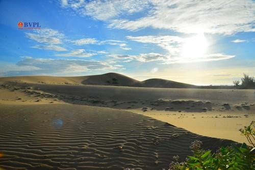 Đồi Cát Nam Cương dấu ấn trước hết bởi vẻ đẹp hoang dại với những đường cong mềm mại và những đặc trưng của một sa mạc.