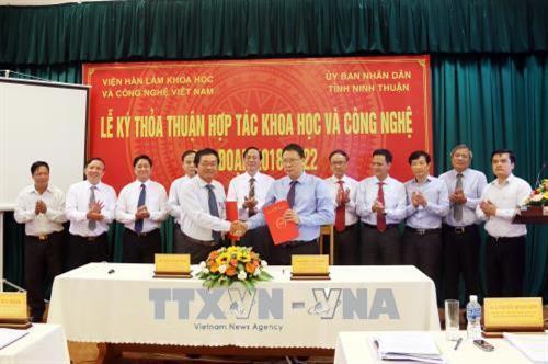 Ngày 31/7/2018, tại thành phố Phan Rang - Tháp Chàm, Viện Hàn lâm Khoa học và Công nghệ Việt Nam và UBND tỉnh Ninh Thuận tổ chức Lễ ký kết thỏa thuận hợp tác khoa học và công nghệ giai đoạn 2018 - 2022. Ảnh: Công Thử - TTXVN.