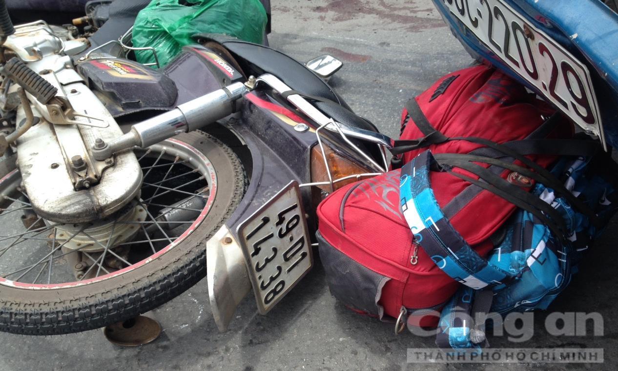 Chiếc xe máy của nạn nhân bị kéo lê hàng chục mét trên cầu