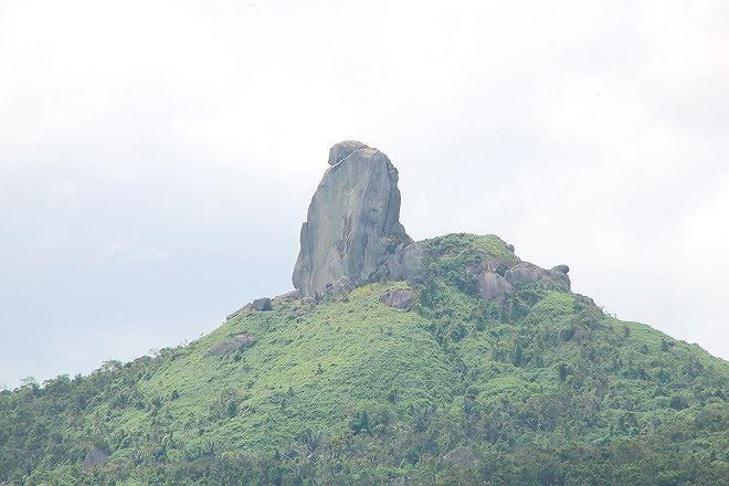 Núi Đá Bia sừng sững giữa mây trời