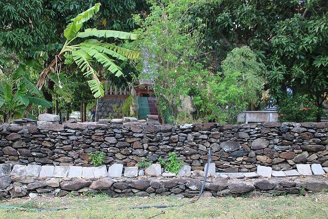 Xung quanh chùa Đá Trắng có bờ thành xếp bằng những khối đá