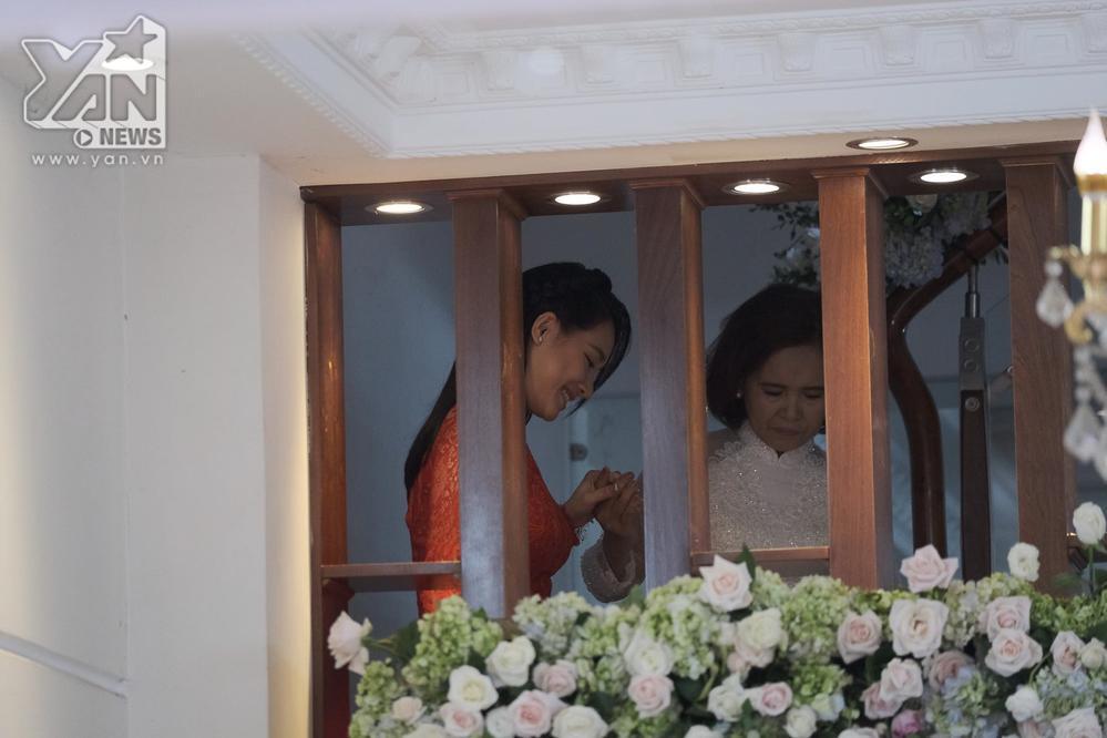 Nhã Phương được mẹ dẫn từ trên lầu xuống nhà làm lễ.