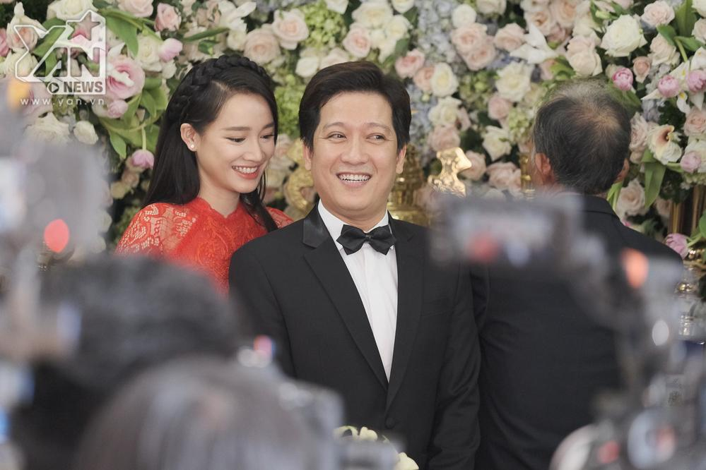 Cả hai liên tục nở nụ cười hạnh phúc trong ngày nên duyên vợ chồng.