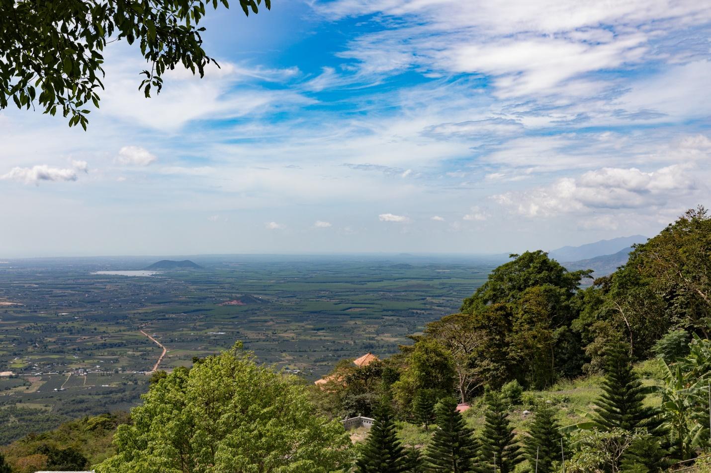 Ngắm nhìn toàn cảnh Bình Thuận với mây trời bàng bạc từ đỉnh Nọc Trù.