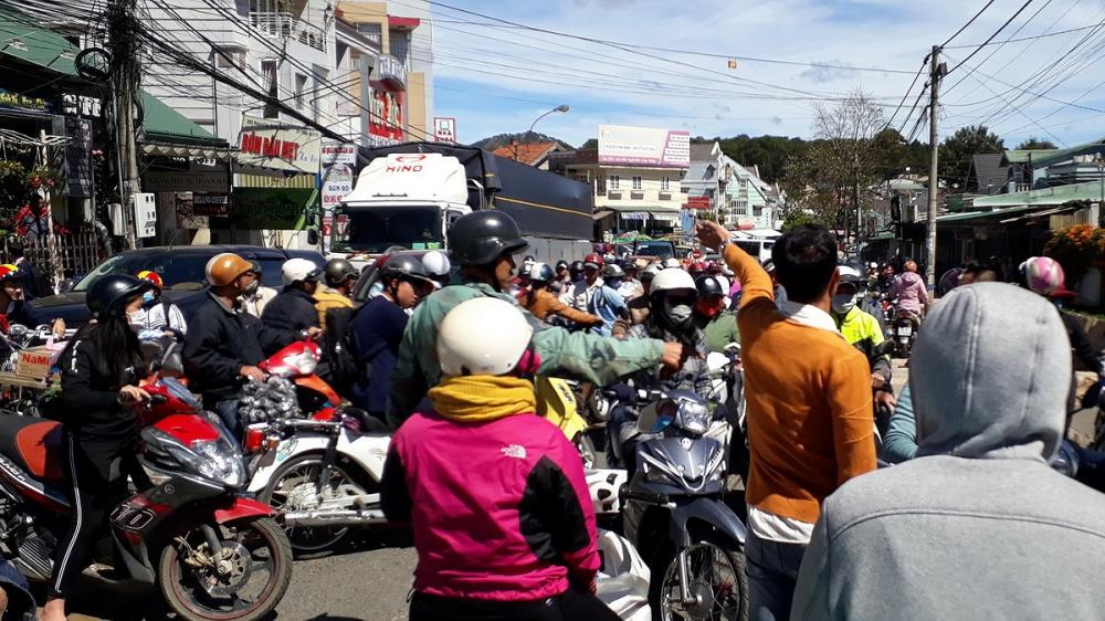 Một số người dân đứng ra làm nhiệm vụ điều tiết giao thông