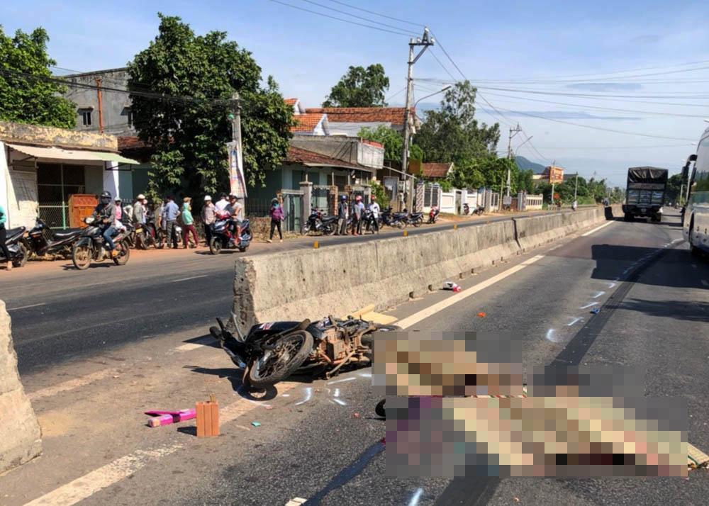 Hiện trường vụ TNGT trên QL1 qua địa bàn xã Mỹ Lộc (huyện Phù Mỹ, Bình Định).