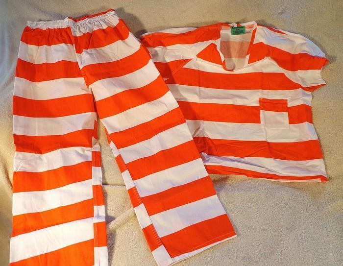 Một số nhà tù trên thế giới sử dụng sọc trắng - cam nhằm tạo hiệu ứng tương phản.
